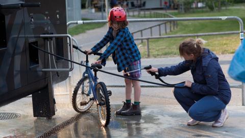 Många som bor i lägenheter har svårt att hissa upp och reparera och tvätta cykeln hemma. Därför ska kommunen nu skaffa en liknande servicestation som den här som finns i Malmö.  Bild: Press