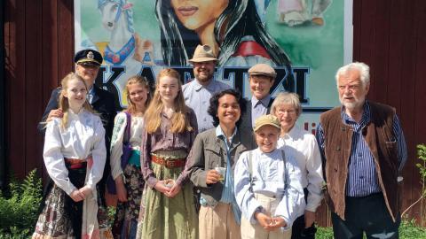 Här ser vi några av alla medverkande i föreställningen framför den klassiska bilden av Katitzi. Bild: Gunilla Pihlblad