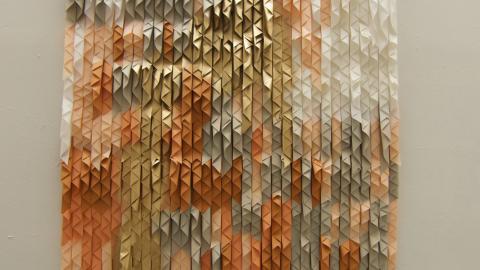 """Verket """" Du flyger nu"""" är skapat av konstnären Lisa Brunnegård. Hennes ateljé ligger vägg i vägg med det nya galleriet. Och knackar man på kan man få se henne arbeta med papper och textiler.  Bild: Press"""