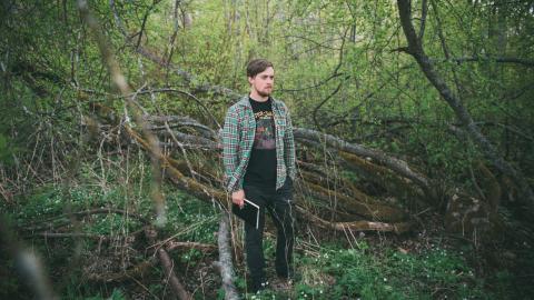 Emil Maxén söker sig gärna till skogen i närheten av bostaden.  – Jag strävar efter att hitta inspiration i mitt närområde. Det är så lätt att bli hemmablind, säger han.