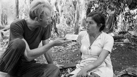 Lars Palmgren intervjuar den enda överlevande efter massakern i El Mozote 1981, Rufina Amaya. Bild: Ulf Aneer