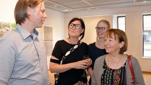 """Av fem medverkande finska konstnärer hade fyra tagit sig till förra veckans vernissage på utställningen """"Vaellus – Vandringar"""" i Lindesberg. Aki Koskinen med fru Stina hade åkt bil från Jakobstad i Österbotten.  Bild: Rolf Larsson"""