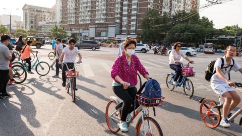Peking har länge brottats med stora problem av luftföroreningar som härstammar från tunga industrier kring huvudstaden och en ständig ökande biltrafik. Hyrcyklarna kan bli viktiga i myndigheternas försök att göra landet grönare. Bild: Johannes Frandsen