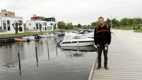 """Jens Andersen Hörman har i en studie konstaterat att små bitar av gummibaserade lekytor läcker ut i naturen. """"De här ytorna kommer mer och mer. Det är därför viktigt att studera hur de fungerar"""", säger han.  Bild: Jenny Wickberg"""