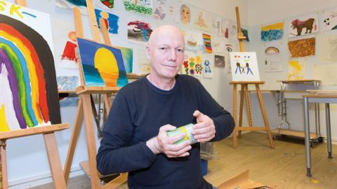 Stefan Karlsson är yrkesverksam konstnär vilket han kombinerar med jobbet som skötare på Sahlgrenska psykiatri affektiva.  Bild: Christopher Kullenberg Rothvall