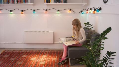 Julia Westerholm, 7 år, har lånat två böcker. Hon brukar låna böcker men det är första gången hon lånar från Rissne pop up-bibliotek.  Bild: Sophie Bordenave Lindborg