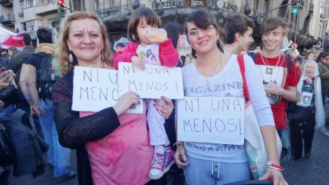 """Soraima Torres med sin dotter Mariela och dotterdotter vid demonstrationen mot kvinnomord i Buenos Aires. Skyltarna har budskapet """"Ni una menos – inte en till mördad kvinna"""". Bild: Daniel Gutman"""
