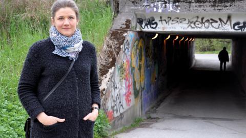 """""""Den som kommer i tunnlarna färdas mellan mörker och ljus"""", säger Jenny Källmén, trafikplanerare på Örebro kommun som vill förbättra två tunnlar mellan Holmen och Norr i Örebro. Bild: Mirja Mattsson"""