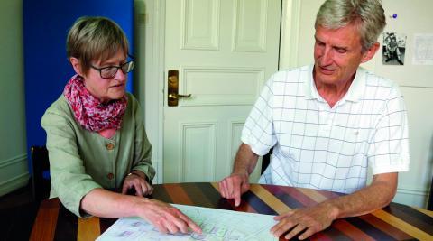 Karin Viksten och Olof Thedin är några av de drivande i Växjö bogemenskap. De vill ha ett roligare äldreboende som berikar inte bara dem som bor där utan även dem runt omkring. Och med ett roligare boende skulle också livet bli längre. Bild: Linda Alfons