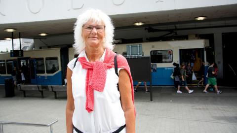 Anette Nyman lider av reumatism och lever på sjukersättning. Totalt har hon 10 000 kronor att röra sig med, mindre än många pensionärer. Ändå måste hon betala fullpris i kollektivtrafiken.  Bild: Lucas De Vivo