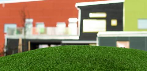 På den nyinvigda Pär Lagerkvist förskola finns konstgräs ute på gården. I detta gräs finns inget gummigranulat, som är en källa till mikroplaster i naturen, utan bara sand.  Bild: Mats Samuelsson/Växjö kommun
