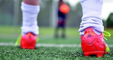 Fotbollsspel i full gång vid Hamre IP i Västerås. Granulatet riskerar att fastna i skor och kläder och följer med spelarna hem.  Bild: Joni Nykänen
