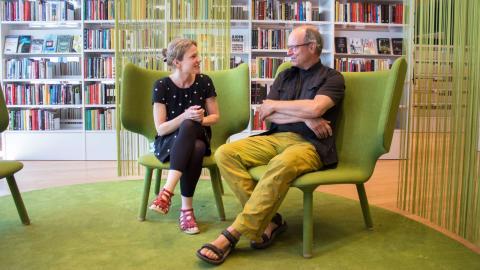 Sara Johansson och Lars Karlsson är bibliotekarier på Umeå stadsbibliotek och förvånas båda över hur stort antalet besökare är även sommartid. Oavsett väder kommer folk för att låna böcker, och gärna pocketversioner, att ta med på semestern.  Bild: Johanna Lindqvist