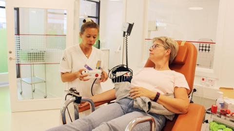 Ingela Bengtsson är en van blodgivare. Som en extra bonus ingår vid varje besök en viss hälsokontroll, då givarnas blodtryck och blodvärden alltid testas. Allt lämnat blod går dessutom genom en test för smittsamma sjukdomar.  Bild: Jenny Wickberg