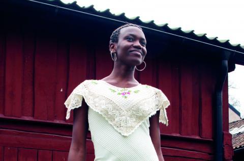 Marie Bah bär en klänning gjord av överkast och en duk. BILD: SARA HILLERSBERG