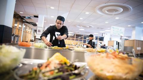 Nazmul Haque förbereder dagens lunch på Hedbergska skolan. Idag serveras det bland annat panerad fisk med kokt potatis och portergryta, både vegetarisk och icke vegetarisk.
