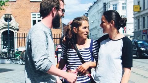 Nick Crofts och Simona Barbu (till höger) jobbar för Kompasset, ett projekt som stödjer hemlösa migranter. Förra veckan klubbades en ny lag igenom, som skärper förbudet mot tiggeri.  Bild: Christopher Holmbäck