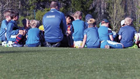 Ett av Sörfors IF:s pojklag samlar sig inför träning. Det är ett av väldigt många ungdomslag i Umeå som tränar på konstgräs.  Bild: Anders Boström