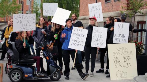Ett 70-tal personer demonstrerade utanför politikernas möten under måndagen.  Bild: Liselott Holm
