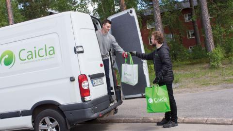Genom en prenumerationstjänst sorterar villa- och radhusägare plast, glas, metall, tidningar, pappersförpackningar och pant i olika gröna påsar som sedan hämtas upp av Caicla.  Bild: Johanna Lindqvist