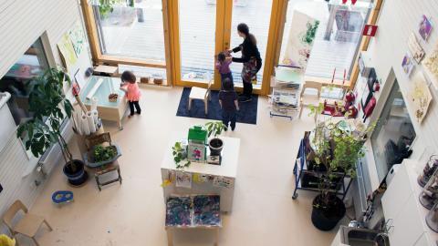 I den stora ateljén finns utrymme att skapa på många olika sätt. En dörr leder ut till ett trädäck och vidare till gården. Bild: Johanna Lindqvist