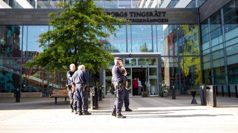 Stor polisnärvaro vid Göteborgs tingsrätt när rättegången startar mot tre män med nazistanknytning som står åtalade för allmänfarlig ödeläggelse.  Bild: Anders Ylander/TT