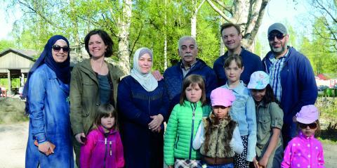 Familjen Kaiss från Syrien är språkvänner med familjen Hansson/Glaumann från Alnö. Båda familjerna har tre döttrar i samma åldrar.  Bild: Thomas Ekenberg