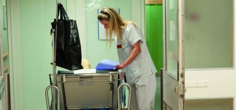 Inom de närmaste 10–15 åren kommer det att finnas en brist på undersköterskor och ett stort rekryteringsbehov, i Växjö kommer     nära 11000 undersköterskor att behöva anställas. Redan nu är medarbetarna i omsorgen pressade och oroliga för besparingar. Bild:LEIF R JANSSON /TT