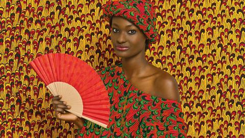 """På Kulturen i Lund öppnar två nya utställningar i helgen. På bottenplan visas den senegalesiska fotografen Omar Victor Diops """"The studio of vanities"""". En trappa upp visas utställningen """"Uppklätt"""", med kvinnokläder från 1730 till 2000. Bild: Omar Victor Diop"""