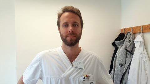 AT-läkaren och doktoranden Nils Fälth vid Minneskliniken i Malmö forskar på om körsång kan förbättra hälsan hos personer med minnessjukdomar såsom Alzheimers sjukdom, Parkinson med demens och Lewykroppsdemens.  BIld: Privat