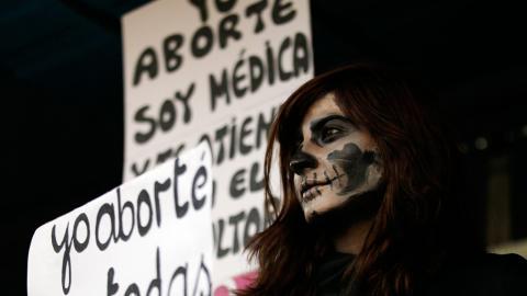 Kvinna demonstrerar för rätten till abort i Chile på Internationella Kvinnodagen. Bild: Luis Hidalgo/AP/TT