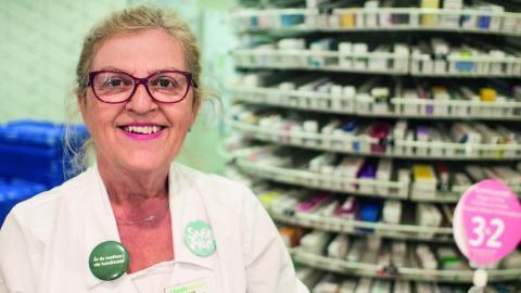 Enligt Selma Dazdarevic, apotekschef på Lloyds Apotek, försöker de informera kunderna om prisskillnaderna. Men kunderna litar ändå ofta mera på sin läkare – ovetande om att läkaren inte vet vad medicinen kostar.  Bild: Daniel Johansson