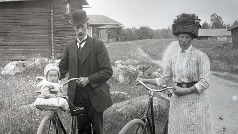 August och Maria Nilsson med sonen Gunnar på främre pakethållaren i Strävgrinden.  Bild: Hällefors hembygdsförening
