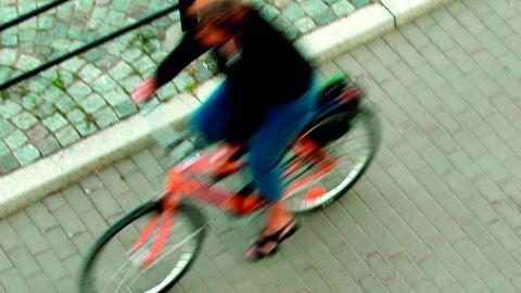 """""""Eftersom cykling inte bara är platssnålt utan även hälsosamt, ekonomiskt och miljövänligt så kan man undra hur de styrande inom landstinget och SJ tänker"""", skriver debattören. Bild: HASSE HOLMBERG/TT"""
