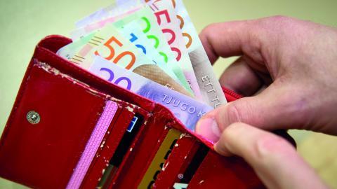 Svenskt näringsliv föreslår att inkomstgränsen där skattebetalare börjar betala högsta marginalskatt höjs från dagens 52000 till 80000 kronor.  BILD: JESSICA GOW/TT