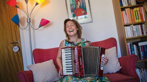 Sandra Eriksson spelar allt från folkmusik till mexikansk cumbia och fransk chancons. Bild: Hilda Arneback