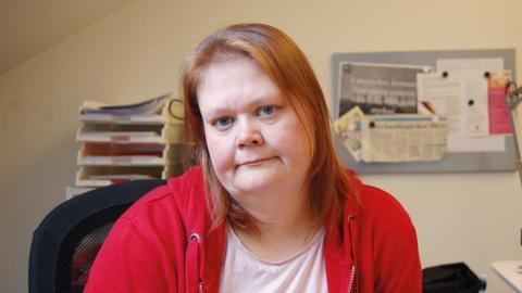 Eleonor Belin förklarar att det är jobbigt att behöva berätta sin historia och ta upp alla sina problem på nytt varje gång hon söker ekonomiskt stöd. Bild: Malin Beeck