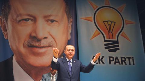 Erdogan anklagas nu för att vilja islamisera Turkiet.  Bild: AP/TT