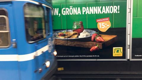 """Bilden föreställer Preems kampanj som föreställer ekologiska pannkakor under texten """"Wow, gröna pannkakor!"""".  Bild: Mattias Göthberg"""