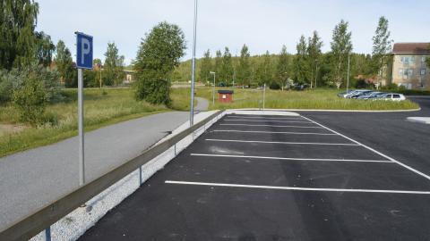 Så här ser några av de 31 nyasfalterade parkeringsplatserna ut som Peab inte fick betalt för och som ledde fram till inkassokrav på Samhällsförbundet Bergslagen. Bild: Rolf Larsson