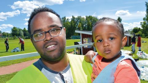 Kontaktpersonen Ahmed Omar med knappt tvååriga sonen Salman Omar. Bild: Rolf Larsson