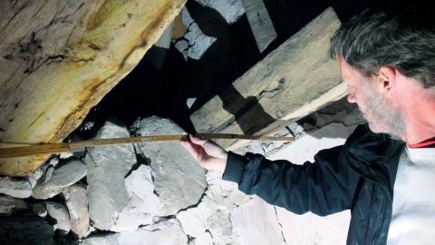 Det är vanligt att man tar bort trä som är 800–1000 år gammalt och ersätter det med trä som måste bytas igen om 20 år, berättar timmerman Karl-Magnus Melin. BIld: Privat