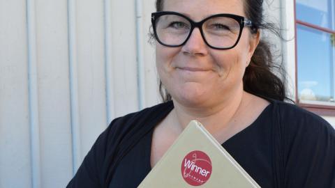 """Marie Carlsson har till dags dato blandat till och druckit ungefär hälften av drinkrecepten i """"Salongs i Norrland"""". Bild: Rolf Larsson"""