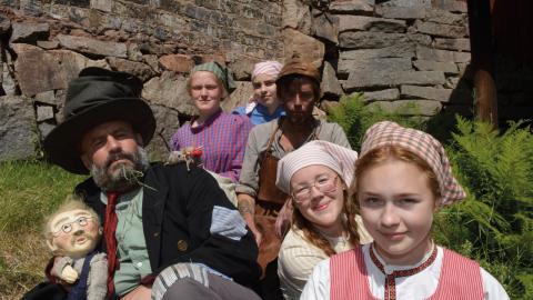 Skådespelarna från höger; Greta Nilsson, Alva Ernestål, Daniel Epstein, Christian Damm, Mathilde Persson och Molly Lindin-Bäcklund levandegör hyttvandringen i tidstypiska kläder.