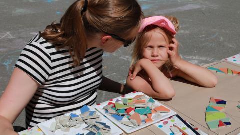 Mosaikplattorna är inte bara färgglada, de ska också skapa ett gemensamt minne.  Bild: Sanna Arbman Hansing