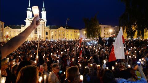 Tusentals demonstrerade med tända ljus vid Högsta Domstolen i Warszawa. Bild: Czarek Sokolowski/AP