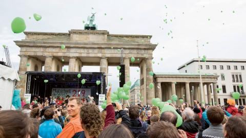 I april varje år hålls People's Climate March över hela världen, som här i Berlin.  Bild: Gero Breloer/AP/TT