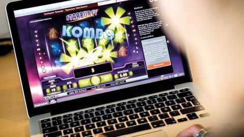 Nätspel om pengar – en allt vanligare fälla för unga.  Bild: Marcus Ericsson/TT