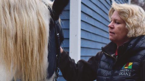 Lis-Lott Andersson som är utbildad specialistsjuksköterska arbetar med hästunderstödd terapi.  Bild: Izabella Rosengren