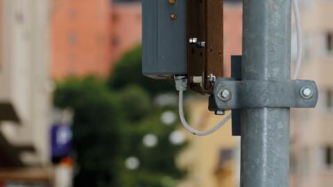 Hittills har ett halvdussin sensorer monterats längs Kungsgatan för att mäta kvävedioxid och partiklar.  Bild: Joakim Medin